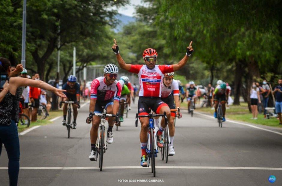 拉丁美洲職業車隊 Puertas De Cuyo Twitter : DARIO Diaz 拿下 Criterium Apertura 自行車賽冠軍